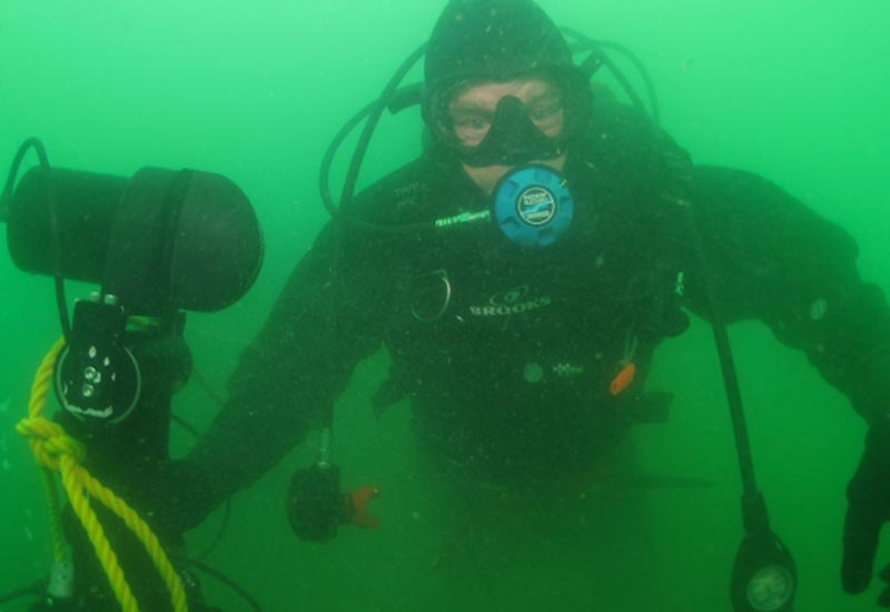 Diver with 3D sonar on tripod